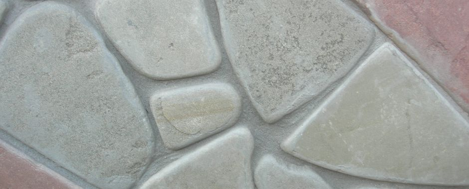 Серо-зеленый галтованный плитняк изростовского песчаника