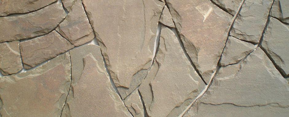 Серо-зеленый плитняк сзаколами изростовского песчаника
